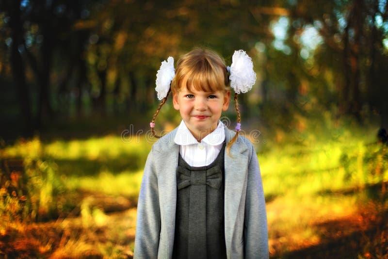 Mooi meisjesschoolmeisje royalty-vrije stock afbeeldingen