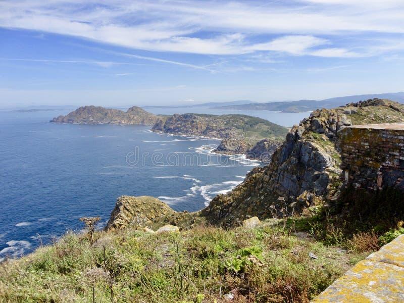 Mooi meningslandschap van rotsachtige eilanden stock afbeelding
