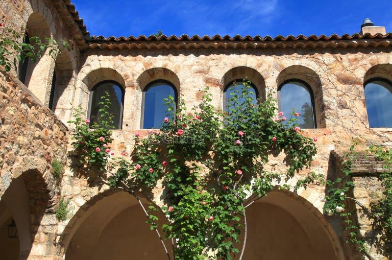 Mooi middeleeuws terras met rozen, de Provence, Frankrijk stock fotografie