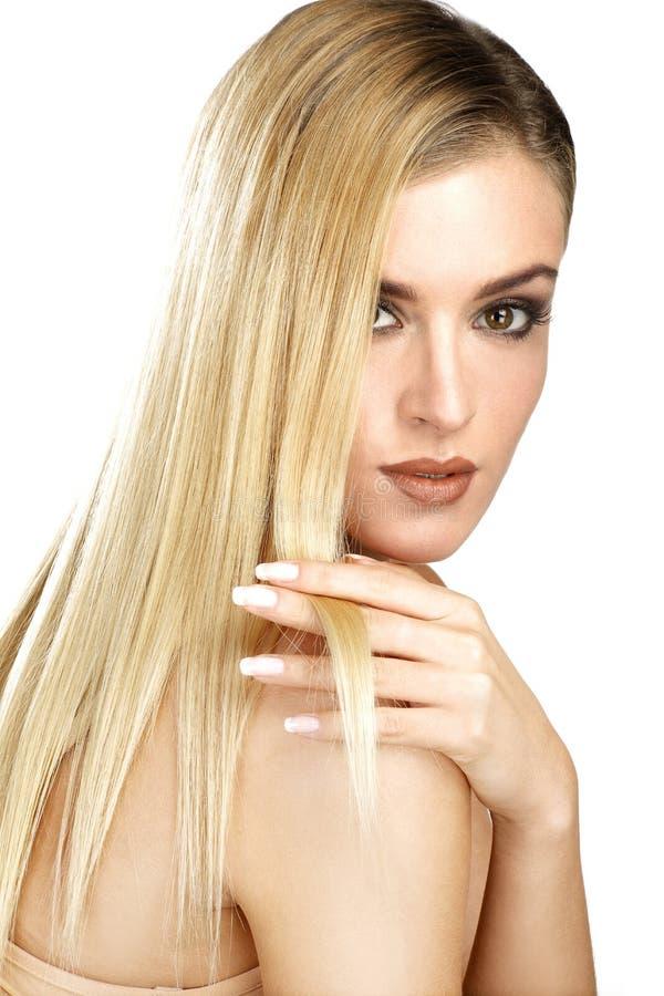 Mooi model die haar perfect blonde recht haar tonen stock afbeelding