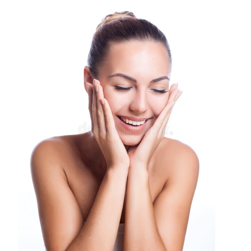 Mooi model die kosmetische roombehandeling toepassen stock afbeelding