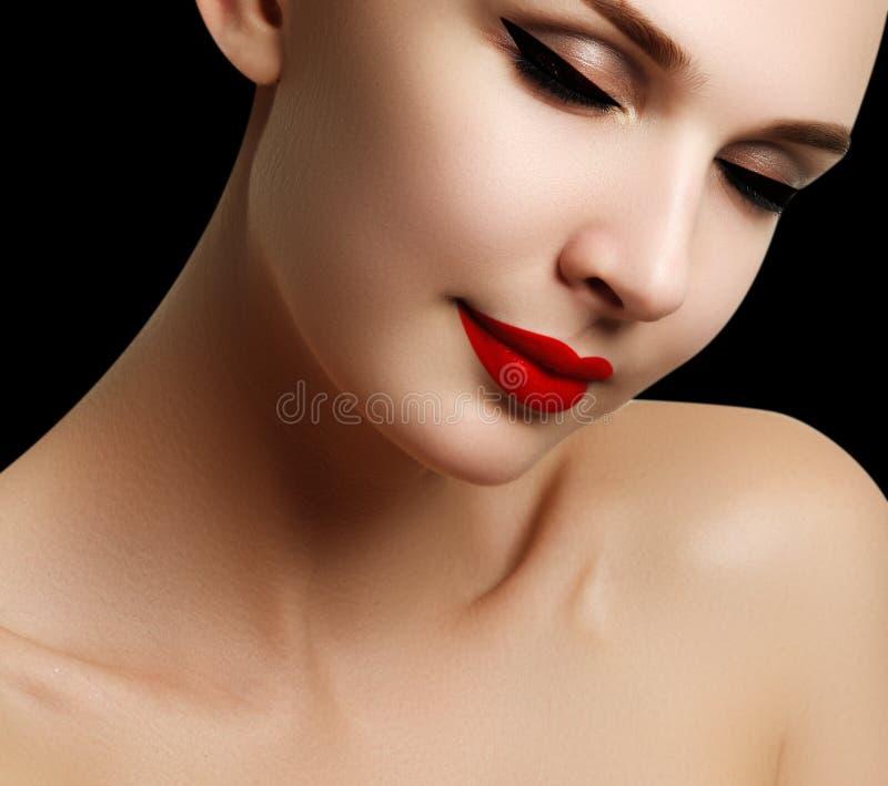 Mooi model het gezichtsportret van de maniervrouw met rode lippenstift G royalty-vrije stock fotografie