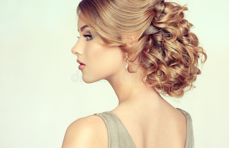 Mooi model met elegant kapsel stock foto's