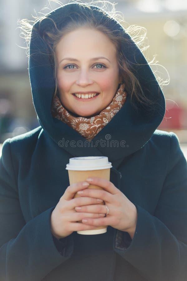 Mooi model met koffieclose-up royalty-vrije stock foto's