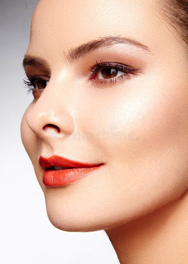 Mooi model met maniersamenstelling De sexy vrouw van het close-upportret met de make-up van de glamourlipgloss en heldere oogscha royalty-vrije stock foto