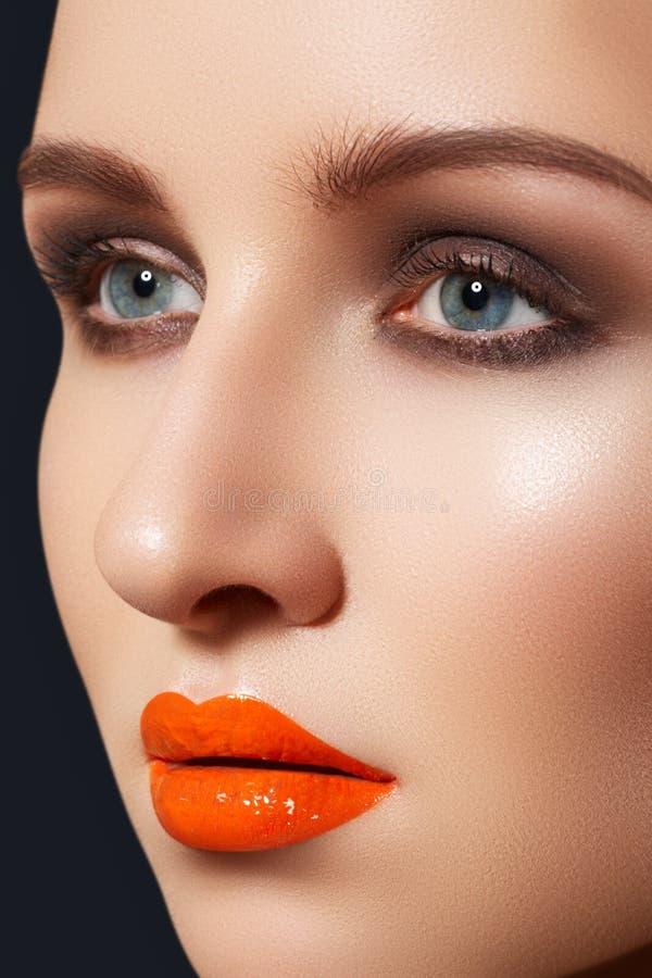 Mooi model met sexy manier lipgloss samenstelling stock fotografie