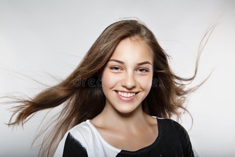 Mooi model met winderig haar royalty-vrije stock afbeeldingen