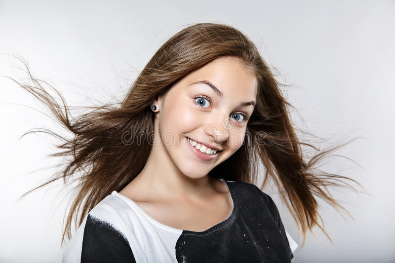 Mooi model met winderig haar royalty-vrije stock foto
