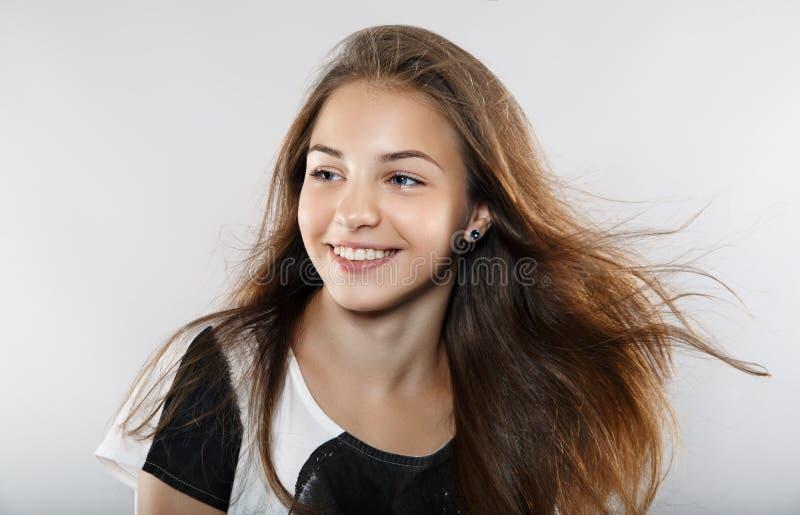 Mooi model met winderig haar stock fotografie