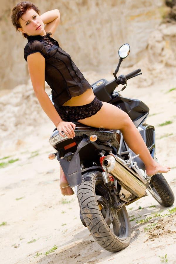 Mooi model met zwarte motorfiets royalty-vrije stock afbeeldingen