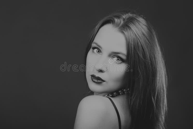 Mooi model in zijn oorspronkelijke vorm op een donkere achtergrond stock foto's