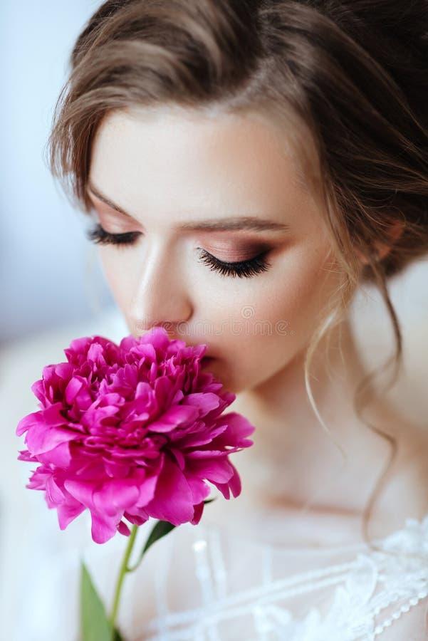 Mooi modelmeisje met bloemenpioen stock fotografie