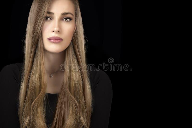 Mooi modelmeisje met gezond lang haar Haar die techn kleuren stock foto
