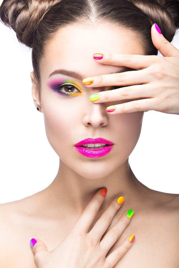 Mooi modelmeisje met heldere gekleurde make-up en nagellak in het de zomerbeeld Het Gezicht van de schoonheid Korte gekleurde spi royalty-vrije stock fotografie