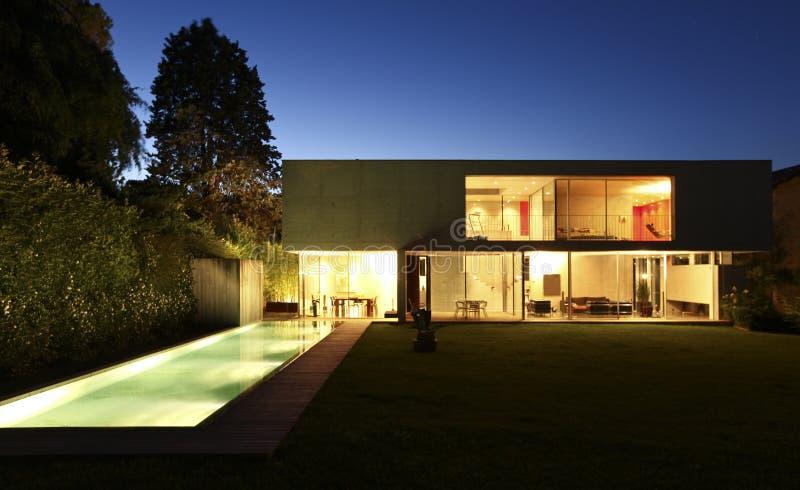Mooi modern huis in openlucht bij nacht stock foto