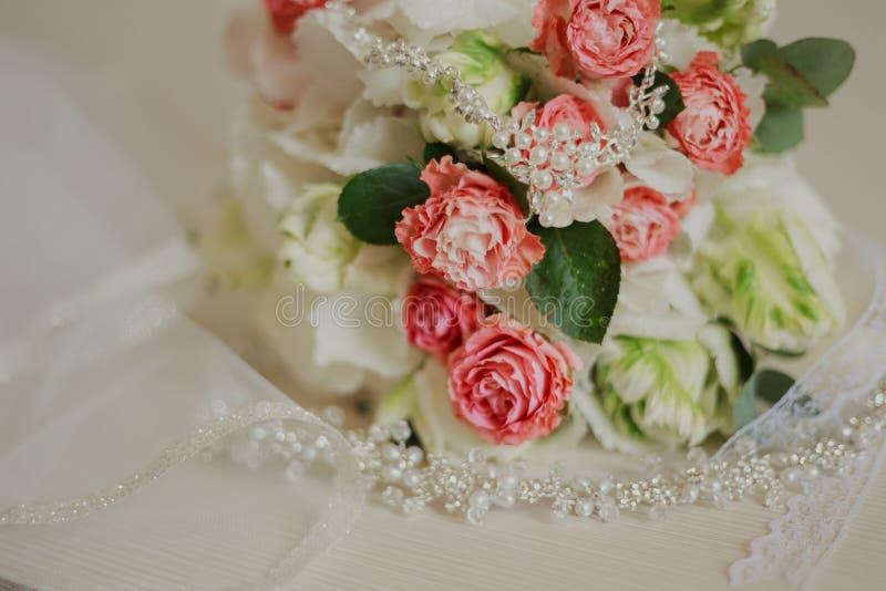 Mooi modern huwelijksboeket op een witte lijst De attributen van het huwelijk Geen mensen royalty-vrije stock fotografie