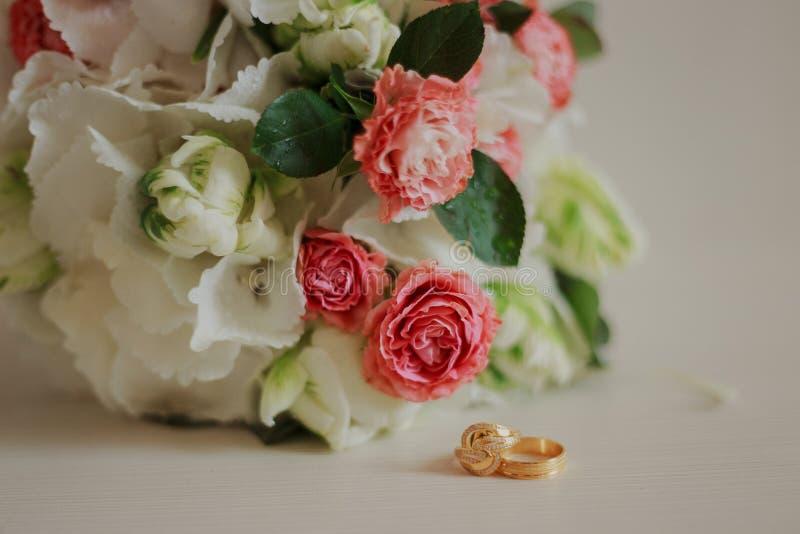 Mooi modern huwelijksboeket op een witte lijst De attributen van het huwelijk Geen mensen stock afbeelding