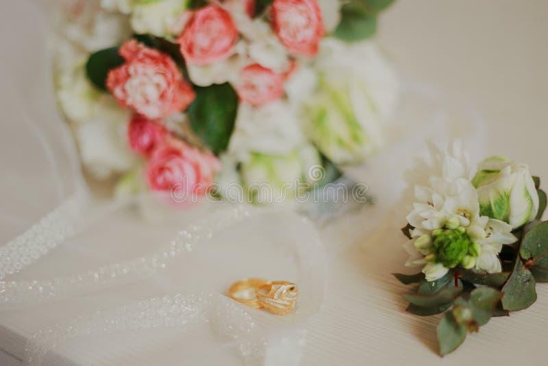 Mooi modern huwelijksboeket op een witte lijst De attributen van het huwelijk Geen mensen stock foto's