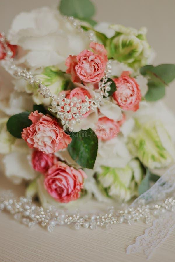 Mooi modern huwelijksboeket op een witte lijst De attributen van het huwelijk Geen mensen royalty-vrije stock afbeelding