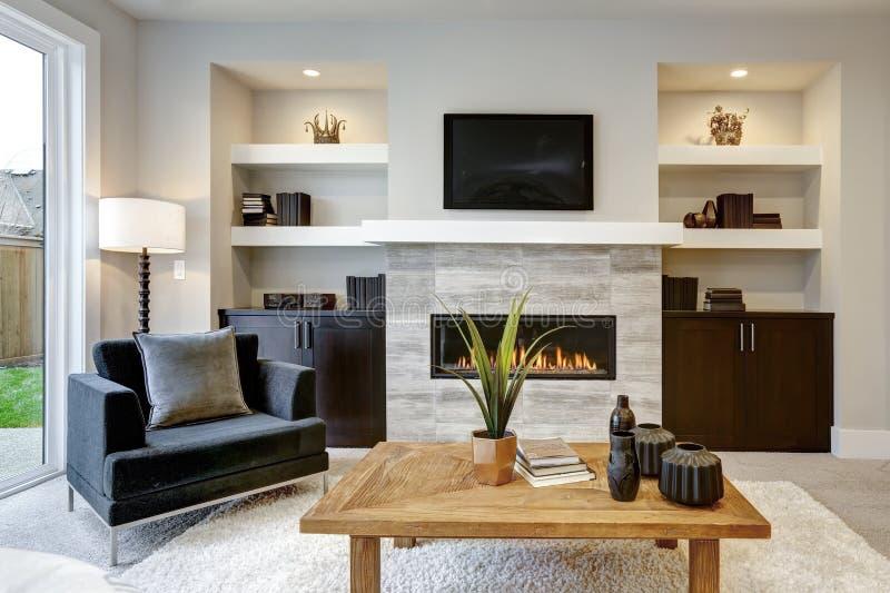 Mooi modern woonkamerbinnenland met steenmuur en open haard in luxehuis stock foto's