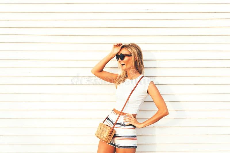 Mooi modieus blonde in borrels en zonnebril, emotioneel luid lachen uit stock fotografie