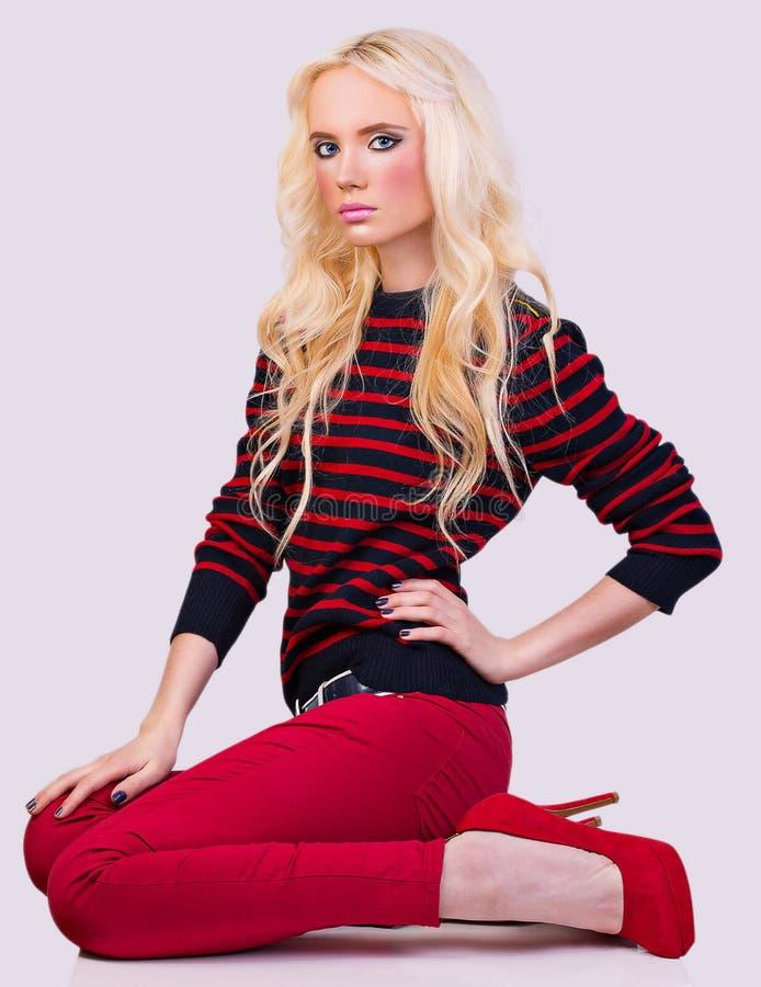 Mooi modieus blondemeisje in sweater royalty-vrije stock foto's