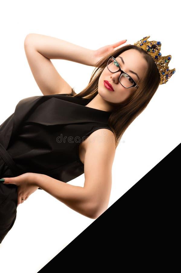 Mooi modieus Koreaans meisje in modieus kostuum met kroon royalty-vrije stock foto