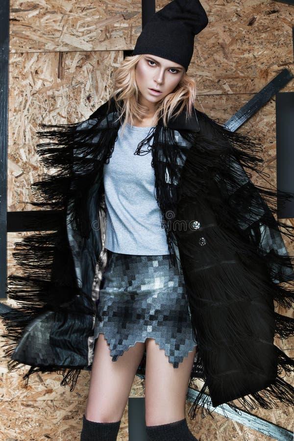 Mooi modieus meisje in een modieuze kleding royalty-vrije stock afbeeldingen