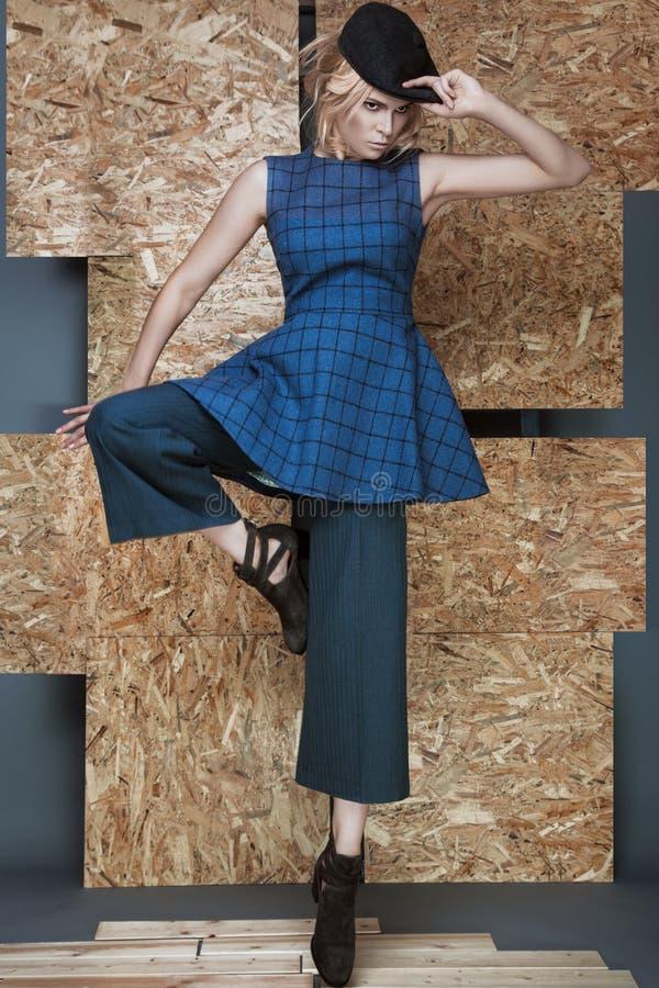 Mooi modieus meisje in een modieuze kleding stock foto's