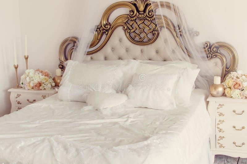 Mooi modieus slaapkamerbinnenland in lichte kleuren stock foto's