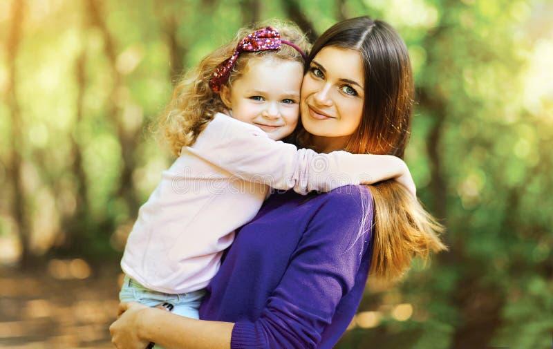 Mooi moeder en kind die in het park lopen royalty-vrije stock afbeeldingen