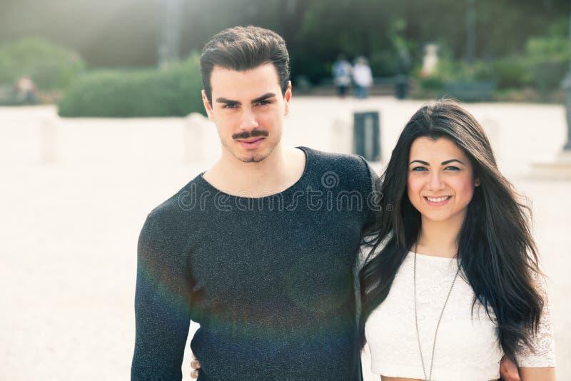 Mooi mooi jong Italiaans paar in openlucht royalty-vrije stock foto's