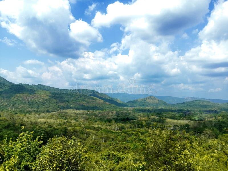 Mooi mountainscapelandschap en blauwe hemel stock foto