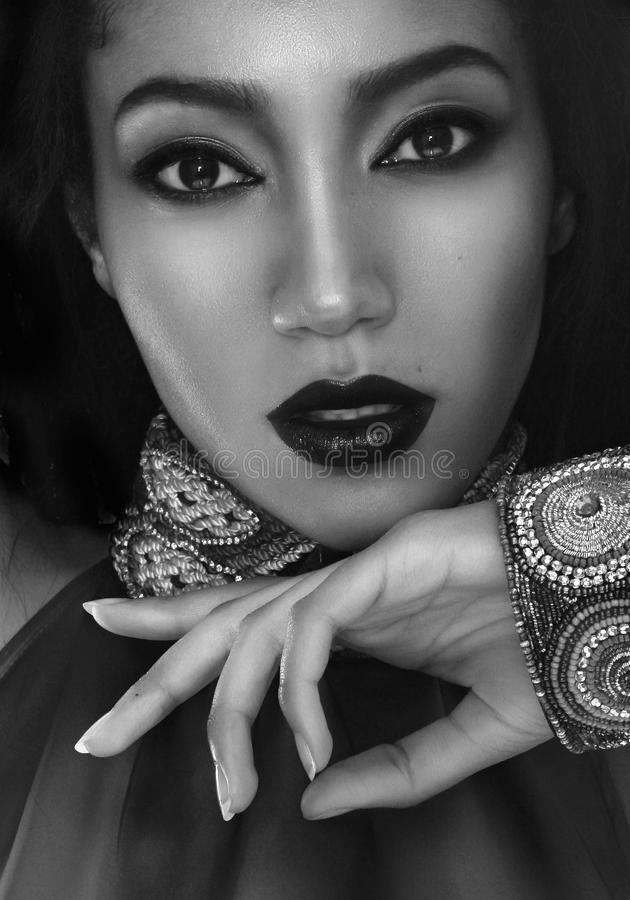 Mooi mulatbrunette in etnische toebehoren, en armband stock foto