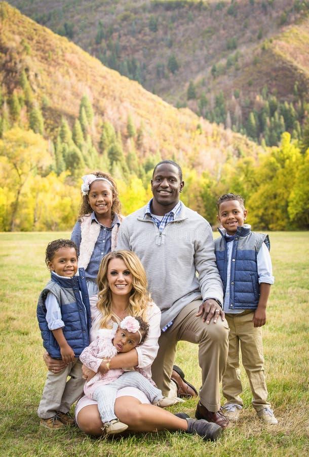 Mooi Multi Etnisch Familieportret in openlucht stock afbeeldingen