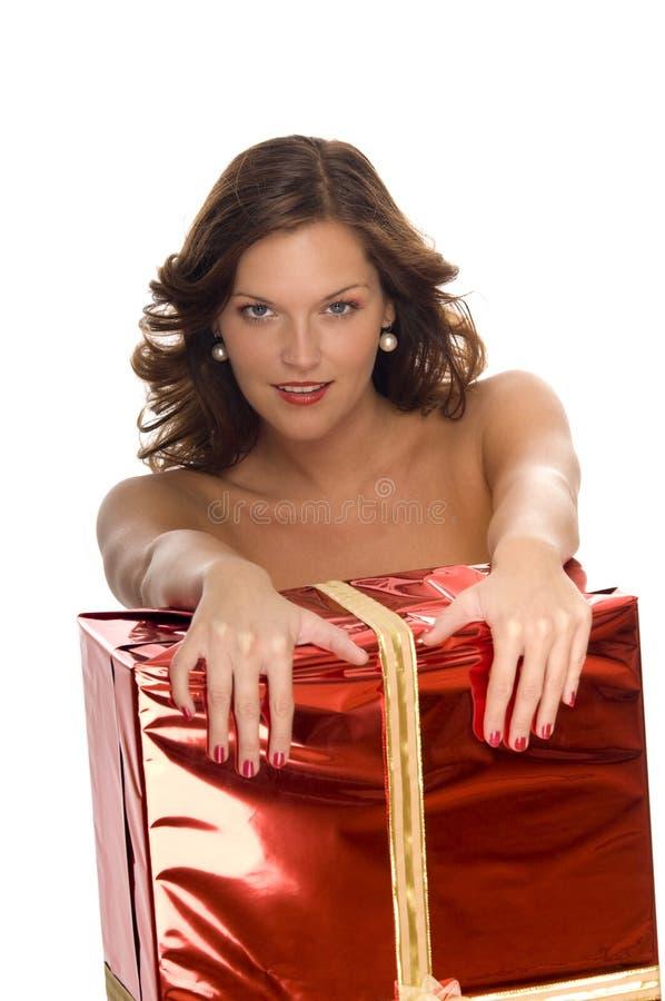 Mooi naakt model achter een grote gift van Kerstmis stock foto