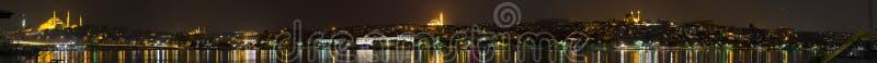 Mooi nachtpanorama van de stad van Istanboel royalty-vrije stock fotografie