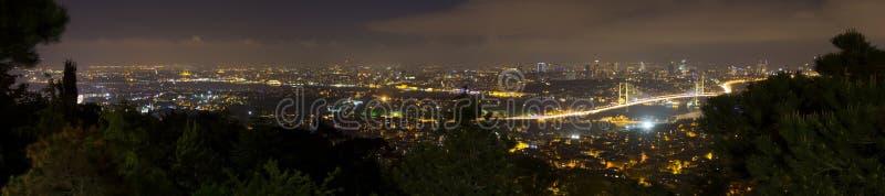 Mooi nachtpanorama van de stad van Istanboel van de Camlica-heuvel royalty-vrije stock afbeelding