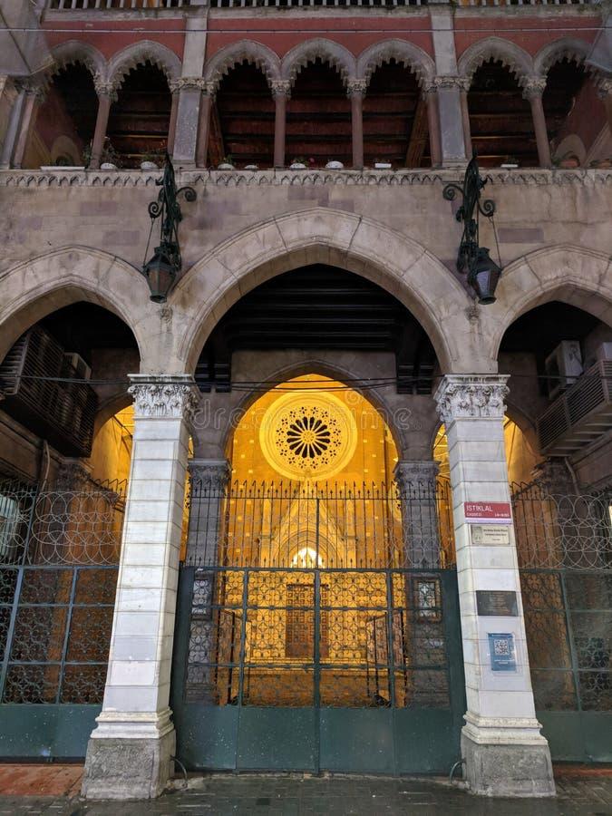 Mooi nachtschot van benadrukte Katholieke de kerkkathedraal van Heilige Antuan op Istiklal-straat stock fotografie