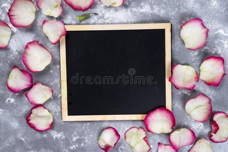 Mooi nam bloemen op grijze steenlijst toe Doorboor bloemengrens stock afbeelding