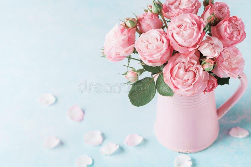 Mooi nam bloemen in roze vaas toe Groetkaart voor de dag van Vrouwen of Moedersdag royalty-vrije stock fotografie