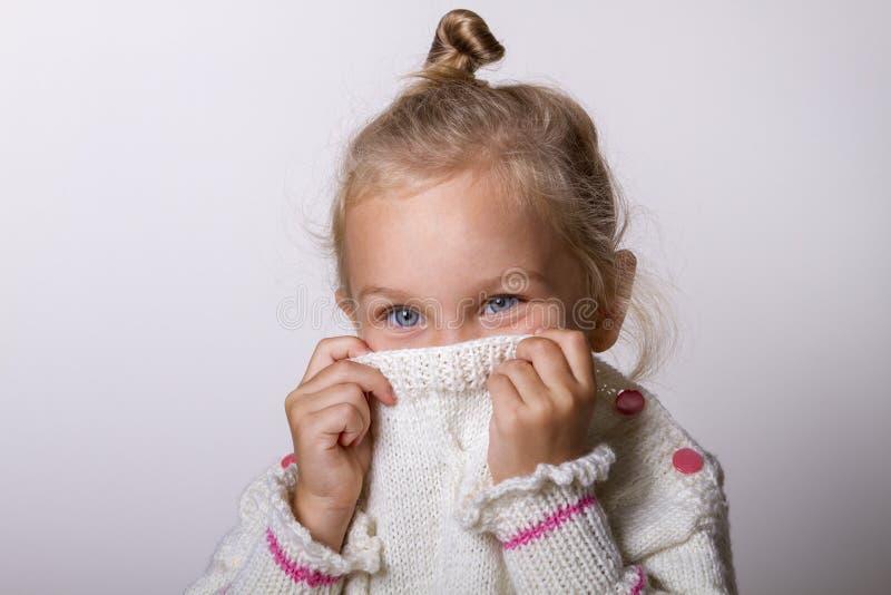 Mooi natuurlijk jong schuw meisje met het glimlachen van ogen die gebreide sweater dragen royalty-vrije stock afbeeldingen
