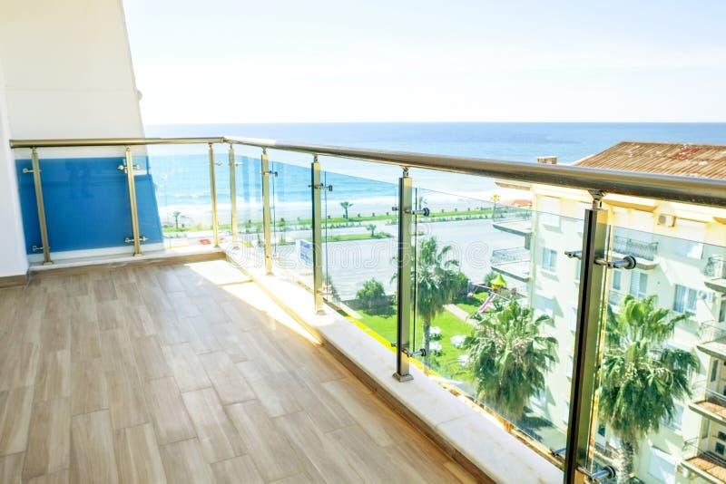 Mooi nieuw flatgebouw, openlucht, terrasmening over kust, overzeese oceaan, palmen Exotische vakantiestad, Californië stock fotografie