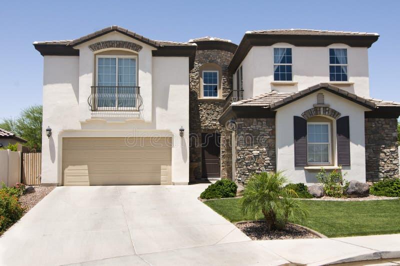 Mooi nieuw huis stock afbeeldingen