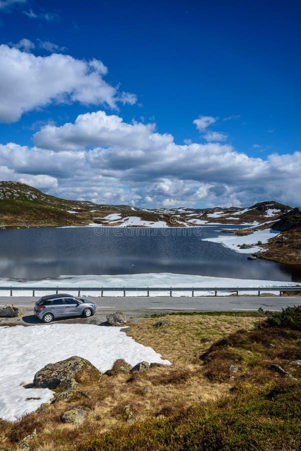 Mooi Noors landschap in de bergen - auto op de weg royalty-vrije stock afbeelding