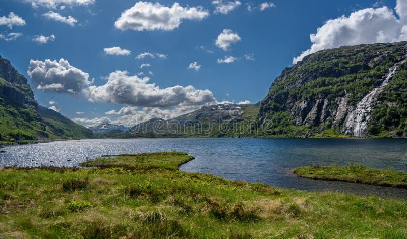 Mooi Noors platteland, met rotsen, meer en bergen stock afbeelding