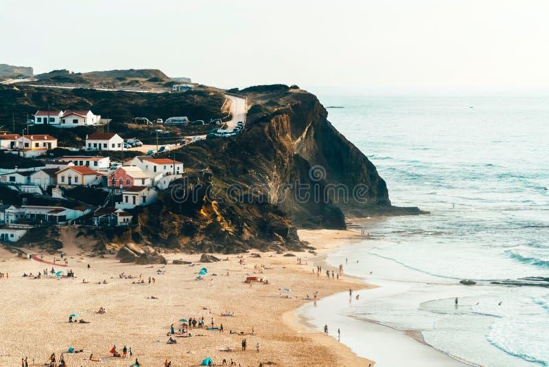 Mooi Oceaanstrand, Bergen en Klein Stadslandschap in Portugal royalty-vrije stock foto