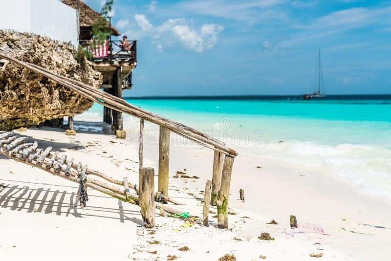 Mooi oceaanstrand met houten voetpad en een hut stock afbeeldingen