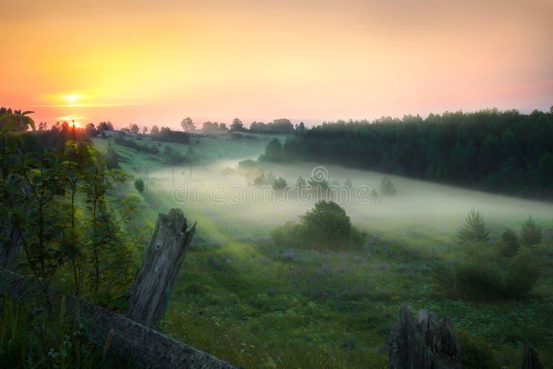 Mooi ochtend landelijk landschap Zonsopgang dageraad royalty-vrije stock afbeelding