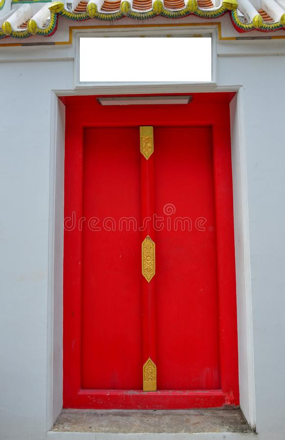 Mooi ontwerp van houten rode deur stock afbeeldingen
